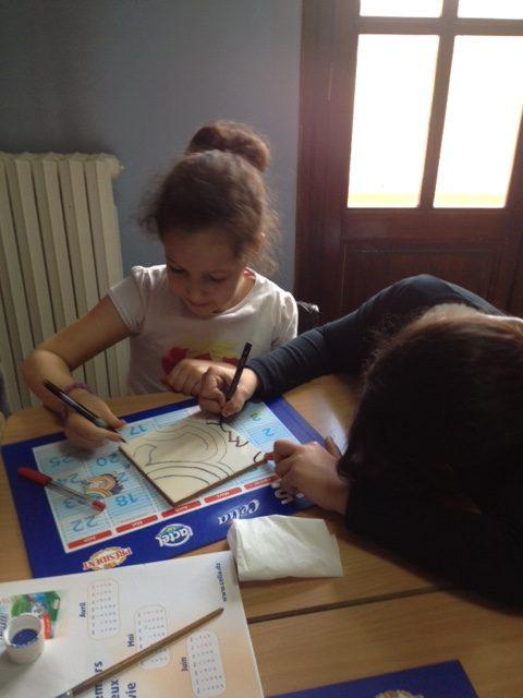 Création d\'une fresque algéroise en faïence. – Ecole MLF d\'Alger
